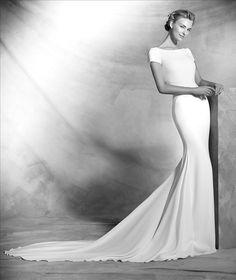 De hoog gesloten trouwjurk van Atelier Pronovias, Valeria heeft een zeer elegante uitstraling met een verrassend mooi element. De rug is laag en bloot. Bewonder deze jurk bij Covers Bruidsmode.