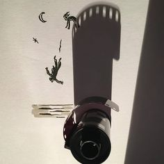 Belgian artist Vincent Bal turns the shadows of everyday objects into ingenious illustrations and the illustrations are totally unrelated with the object. Shadow Drawing, Shadow Art, Long Shadow, Shadow Play, Shadow Illustration, Creative Illustration, Vincent Bal, Ombres Portées, Atelier Photo