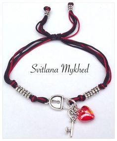 """Bracelet """"Cadenas. Cle. Coeur."""" cordon en satin . Perles tibétaines. Fermeture coulissante. : Bracelet par perles-et-couronnes"""