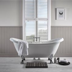 Soakology Ashbourne looks like a traditional double ended slipper bath with chrome feet. No tap holes pre- drilled, suitable for wall mounted and freestanding taps.