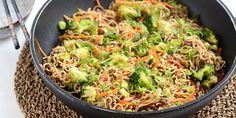 Wok med hakket oksekød og nudler Snack Recipes, Healthy Recipes, Snacks, Healthy Food, Bearnaise Sauce, Wok, Asian Recipes, Ethnic Recipes, One Pot Pasta