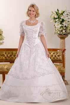 340- magyaros menyasszonyi ruha, a külön levehető kötény a felsőrész ujjával megegyező csipkéből készült