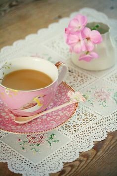 Coco Rose Diaries: Happiness is. pretty china and lace & stitched runner Dresser La Table, Coco Rose Diaries, Café Vintage, Vintage Linen, Party Set, Cuppa Tea, Pip Studio, My Cup Of Tea, Coffee Break