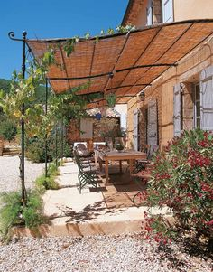 Attached and freestanding pergola, both flat roofed and curved versions available. Extendable in width using 186 cm extension module. The Solaire pergola has various types of roofing: fixed shade, roll shade and bamboo shade. Pergola Metal, Rustic Pergola, Curved Pergola, Deck With Pergola, Cheap Pergola, Covered Pergola, Pergola Kits, Gazebo, Gardens