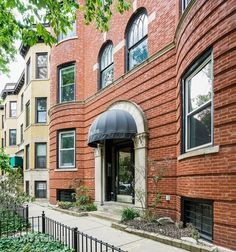 Condo/Townhome Property For Sale with 2 Beds & 1 Baths In Chicago, IL (60657)