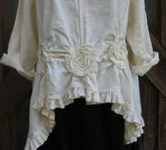 Love the flower and  tucks.  Leinen Top mit Rosen geraffte von linenclothing auf Etsy