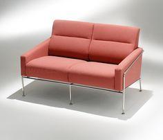 Sofá 3.302 desenhado pelo dinamarquês Arne Jacobsen. Parte da linha 3.300 foi criada no final da década de 50.