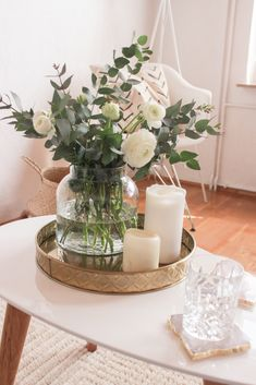 10 Dinge die du in 10 Minuten erledigen kannst 10 things you can do in 10 minutes care of Table Decor Living Room, Bedroom Decor, Decoration Chic, Deco Floral, Decorating Coffee Tables, Glass Table, Decorating Your Home, Floral Arrangements, Home Accessories
