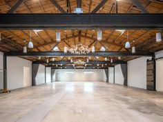 A rustic vibe, perfect for wedding ceremonies and other celebrations. Wooden rafters, exposed block walls and contemporary chandeliers Contemporary Chandelier, Chandeliers Modern, Cabin Homes, Log Homes, Modern Industrial, Modern Rustic, Industrial Wedding Venues, Wedding Rustic, Church Interior Design