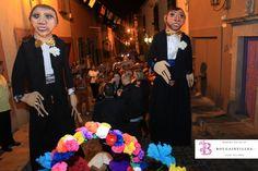 Las mojigangas son una de los elementos tradiciones en las callejoneadas. www.bougainvilleabodas.com.mx Bodas San Miguel de Allende