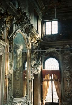 Natural sunlight is all Old Abandoned Buildings, Abandoned Places, Abandoned Castles, Beautiful Ruins, Beautiful World, Beautiful Mirrors, House Inside, Romantic Homes, Through The Looking Glass