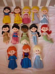 Templates to make these princess dolls.Moldes princesa Disney Really cute!Felt Princess templates - all the disney princesses in felt.Templete for Disney Princess Felt Dolls (Not in English but still useable!Disney princess doll patterns- pretty self Felt Diy, Felt Crafts, Fabric Dolls, Paper Dolls, Felt Patterns, Sewing Patterns, Disney Crafts, Felt Dolls, Sock Dolls