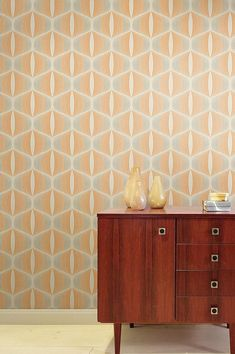 This highly contemporary retro design in grey-beige and orange reminds us of days gone by. The fine surface structure is protected by a vinyl coating, making it extremely durable. Flower Power, Orange Tapete, Design Retro, Orange Wallpaper, Grey And Beige, Pattern Wallpaper, Interior Design, Storage, Furniture