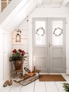 Simple Farmhouse Christmas decor in the sunroom - great cottage style & farmhouse style Christmas decor inspiration! Decor, Christmas Hallway, Decor Inspiration, Home, Interior, Urban Interiors, Swedish Decor, Home Decor, Small Apartments