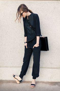 Muitas vezes eu sou essa pessoa com um look básico e a pasta transpassada indo trabalhar. Só a sandália não combina comigo.