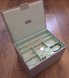 Jewellery Boxes, Jewelry Box, Tiffany And Co Bracelet, Pandora, Make Up Organiser, Spice Things Up, Sparkles, Jewlery, Random Stuff