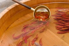 日本の美術作家・深堀隆介が創りだす衝撃の絵画「金魚養画場」。枡や竹、木桶の中に高透明のエポキシ樹脂を流し込み、そこにアクリル絵の具で絵画を描いてさらに合成樹脂を流しこむと・・・  本来平面のはずの金魚が立体に見えてくる!!