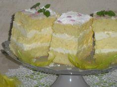 Smaczna nieziemsko kremówka w dwóch biszkoptach otulona bitą śmietaną, baza kremówki to pyszny krem żółtkowy dzięki niemu ciasto rozpływa się w ustach. Idealne dla amatorów ciast z kremem, ciasto wychodzi wysokie i jest bardzo podzielne, idealne na każdą okazję... gorąco polecam :)