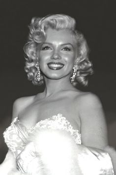 "Marilyn Monroe at the premiere for ""Hiw To Marry A Millionaire"" 1953 Marilyn Monroe Stil, Estilo Marilyn Monroe, Marilyn Monroe Poster, Marilyn Monroe Photos, Marilyn Monroe Wallpaper, Marilyn Monroe Makeup, Marylin Monroe Costume, Marylin Monroe Style, Marilyn Monroe Movies"