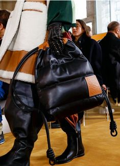 Loewe Fall 2019 Men's Fashion Show Details Tote Bags, My Bags, Fall Handbags, Purses And Handbags, Handbags For School, Fashion Bags, Mens Fashion, Fall Bags, Cute Purses