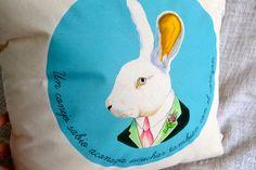 Este conejito sabio también está en cojín :)