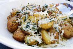 Vitlöksrostad färskpotatis med örtolja och hyvlad parmesan