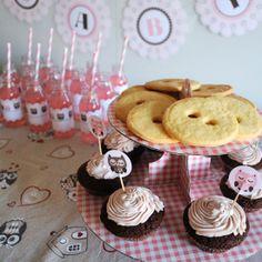 """Cupcake ai lamponi e biscotti di frolla per accontentare le """"voglie"""" della mamma http://www.think-ink.it/2014/06/baby-shower-tutto-in-rosa.html"""