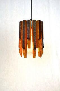 Lámpara montada con partes de un viejo barril de vino.