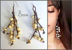 Orecchini fatti a mano, realizzati con cordino cerato marrone e perle in avorio vegetale - Serena Creazioni, bijoux artigianali.