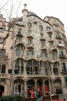 ガウディが資産家に依頼されて建設した「カサ・バトリョ」。外壁に使われた色とりどりの破砕タイル、屋根にそびえ立つニンニクのような形のオブジェ、そして奇妙な形のバルコニー。まるで子供が作ったようなおうちを見て、ガウディは本当に自由な精神の持ち主だったのだ