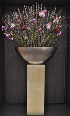 Exclusief bloemenarrangement op pilaar bij Bruinsma Hydrokultuur