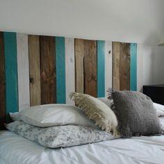 Tête de lit faite avec du bois de palettes