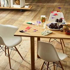 The Eames Plastic Chair is an appealing classic, undoubtedly a product of stylish and practical design. DSW stands for Dining Height Side Chair Wood Base. Eames Design, Design Tisch, Chair Design, Design Furniture, Dining Table Legs, Wood Table, A Table, Dining Chairs, Bar Chairs