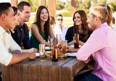 des amis sur la terrasse de meetinggame