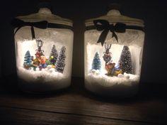 Glazen potten met kerst tafereel