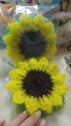 #해바라기수세미 ~ 이걸 제대로 해본적이없이 한번했던기억이나요~~사진중 다른 수세미들과 전체샷으로 한... Crochet Scrubbies, Knit Crochet, Craft Fairs, Crochet Flowers, Diy And Crafts, Crochet Earrings, Bubbles, Knitting, Pattern