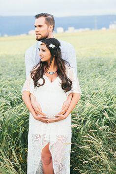 Ein süßes Babybauch Fotoshooting in einem Kornfeld
