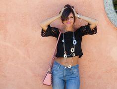 Un look glamorous con pizzo nero e tacchi vertiginosiLa Civetta Stilosa –…