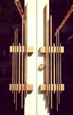 Choosing a doorknob decoration is as important as choosing the door itself. While door knobs may just be an accent, they offer a powerful statement. Interior Exterior, Exterior Doors, Interior Design, Door Knobs And Knockers, Sliding Closet Doors, Door Detail, Main Door, Entrance Doors, Doorway