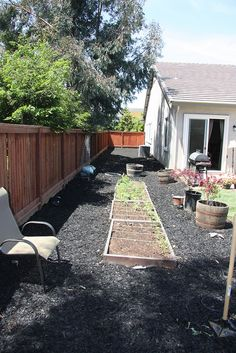 Side yard garden-- not a good picture but I like the idea