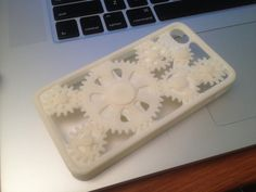 iPhone 4/4s case with moving gears on the back