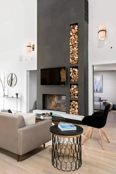 Eine Betonwand mit einem eingebauten Kamin und Brennholz steht im Raum A concrete wall with a built-in fireplace and firewood stands in the room Modern White Living Room, Modern Farmhouse Living Room Decor, Modern Room, Modern Wall, Modern Decor, Modern Glass, Modern Rustic, Farmhouse Decor, Living Room With Fireplace