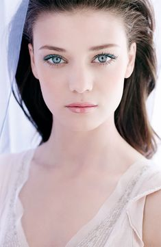 Tyrkysové oční stíny jsou neobvyklým zpestřením svatebního make-upu.