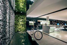 Inspirado na atmosfera vibrante e urbana de Nova York, este espaço gourmet concebido para uma mostra de decoração engloba ambientes internos e externos. Projeto Ricardo Rossi.