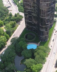 The only high-rise east of Lake Shore Drive has a secret rooftop garden designed by Alfred Caldwell topping its parking and retail podium. Chicago Architecture Foundation, Modern Architecture, Chicago Lake, Ludwig Mies Van Der Rohe, Lake View, Aerial View, Lake Shore, Open House, Garden Design