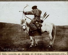 Photo Credit: Piotr Shimkevich Mounted archery is no easy feat. But this Mongolian archer looks like a pro. Old Pictures, Old Photos, Mongolian Archery, Costume Ethnique, Mounted Archery, Chinese Armor, Military Costumes, Traditional Archery, Folk