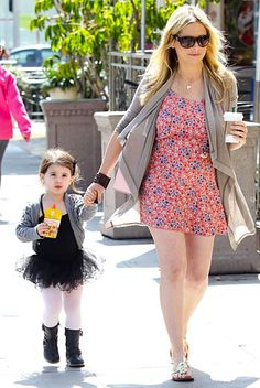 Buffy sure knows how to dress a baby bump! (#SarahMichelleGellar runs errands in L.A. with 2-year-old Charlotte)