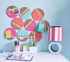 déco chambre ado fille à faire soi-même - panneau d'affichage original à partir de sous-verres en liège décorés de peinture acrylique