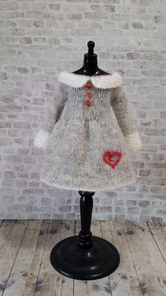 2015 Knitting & Crochet Ideas - pdf knitting pattern Lots of Love dress for 12 Blythe - Yarn and String by Tracie Bowling RochesterPDF pattern to knit this lovely fine dress for your Blythe doll. You will need needles and laceweight yarn. Love Knitting, Knitting For Kids, Baby Knitting, Knitting Patterns, Crochet Doll Clothes, Knitted Dolls, Crochet Dolls, Knit Crochet, Moss Stitch