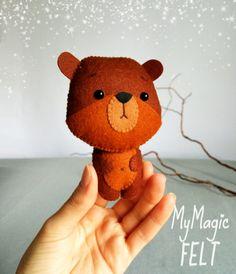 Pequeño oso fieltro adorno oso de juguetes animales de Bear Felt, Bear Toy, Felt Animal Patterns, Stuffed Animal Patterns, Dyi Crafts, Crafts To Do, Felt Gifts, Montessori Toys, Felt Toys